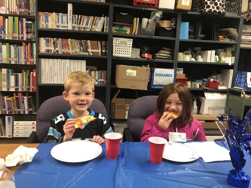 Students eating pizza with Ms. Kientz.